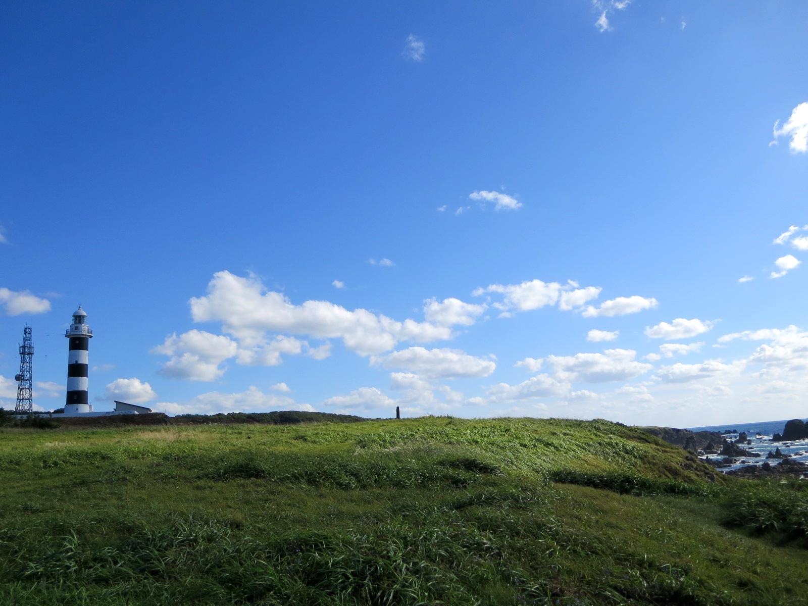 空と草原と少しだけ灯台。