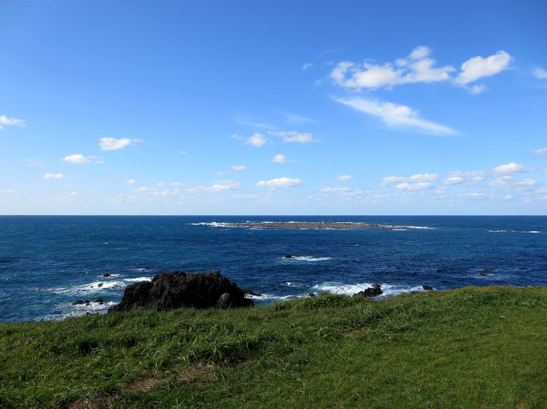 入道崎海岸から見た青い日本海と空。